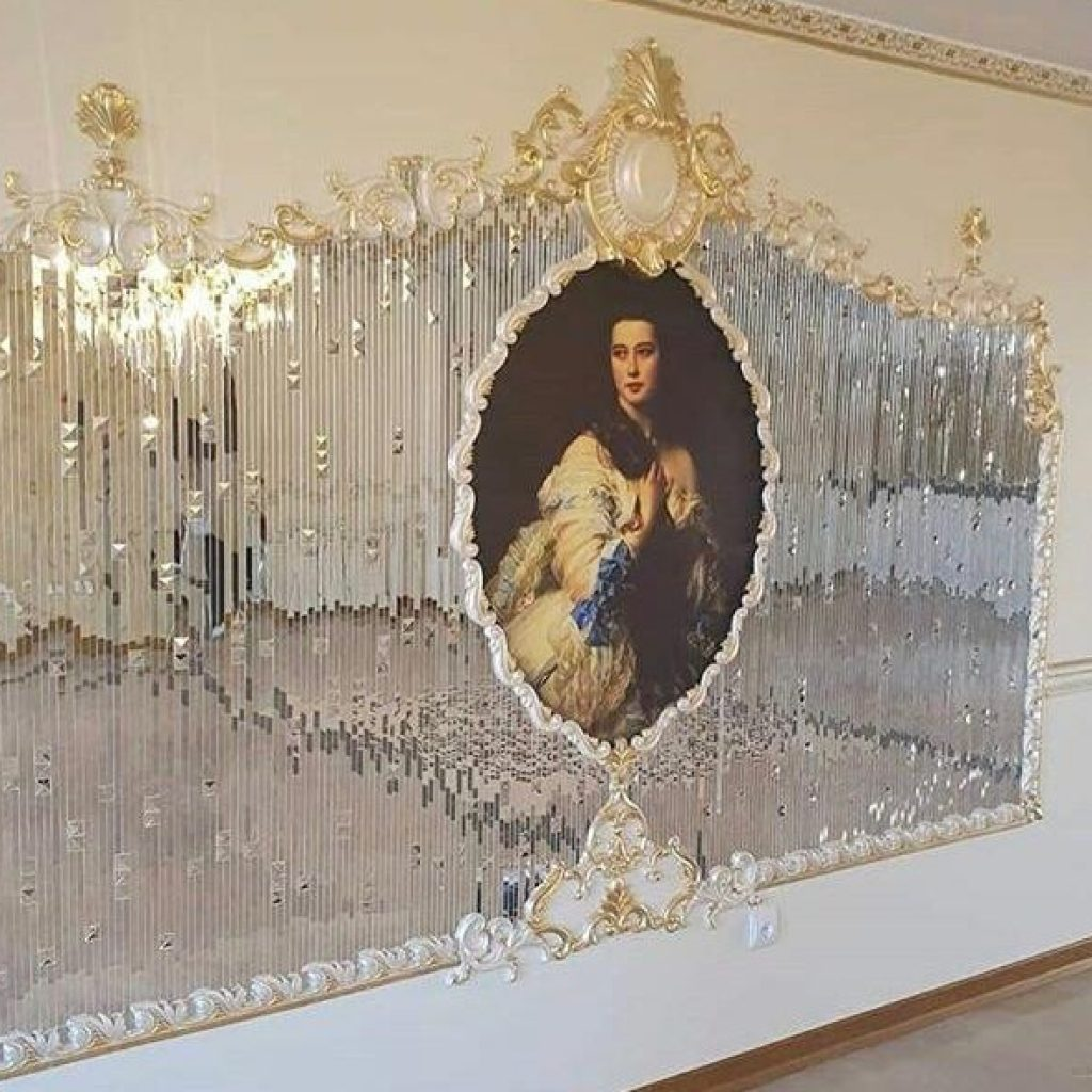 استفاده از آیینه دکوراتیو به عنوان دیوار شاخص در دکوراسیون داخلی